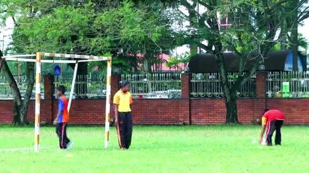 Malajsie - 02 červenec 2016: Děti hrající fotbal v sportoviště. Bratr a sestra hrát fotbal večerní čas