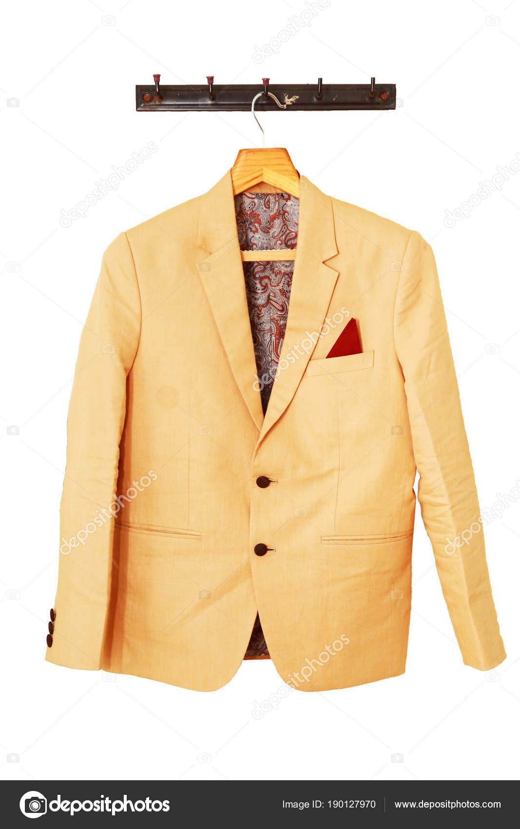 Schönen Bräutigam Jacke hängt an der weißen Wand für