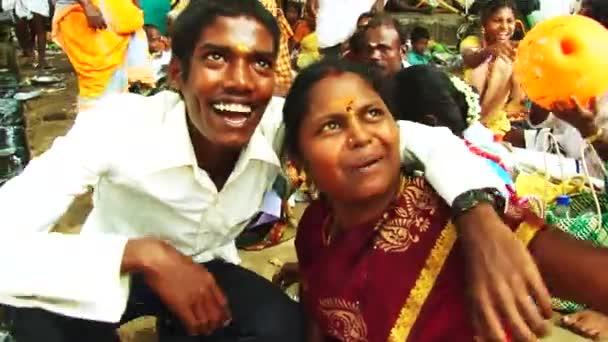 madurai, indien - 20. april 2015: indisch aus nächster nähe in die kamera lächelnd