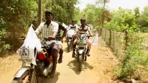 Indie - 11 květen 2016: politické shromáždění v ulicích Indie. všeobecné volby je naplánováno, spousta neznámých lidí jízdy motocykly v ulici