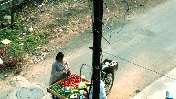 Chennai - Indie, 22 březen 2018: žena kupovat zeleninu, prodejci prodávají zeleninu na ulici