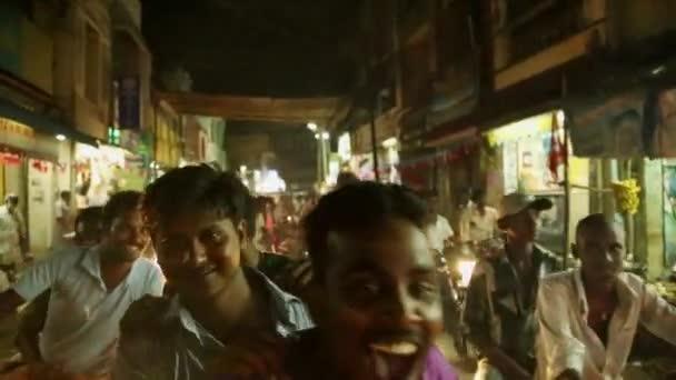 Indie - 11 květen 2016: politické shromáždění v ulicích Indie. všeobecné volby je naplánováno, spousta neznámých lidí disku motorky v noční ulice