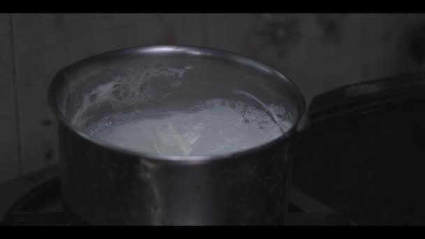 Příprava kávy v domácnosti zblízka