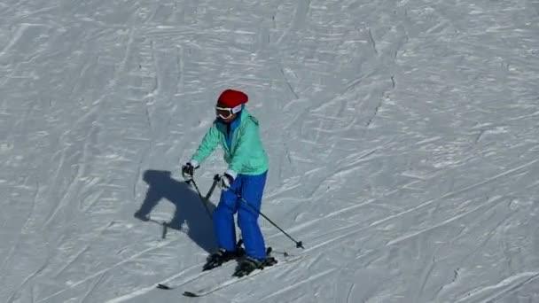 Snowboardista dělá triky v lyžařském středisku. Closeup Rider představení tah a zastavit s jeho snowboard 25. prosince 2018 California Usa