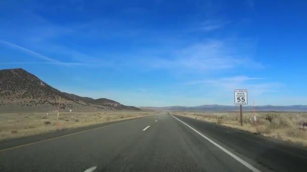 Pov jízdy pouštní skála vyprahlá půda horké suché klima doprava extrémní teploty Death Valley California Usa