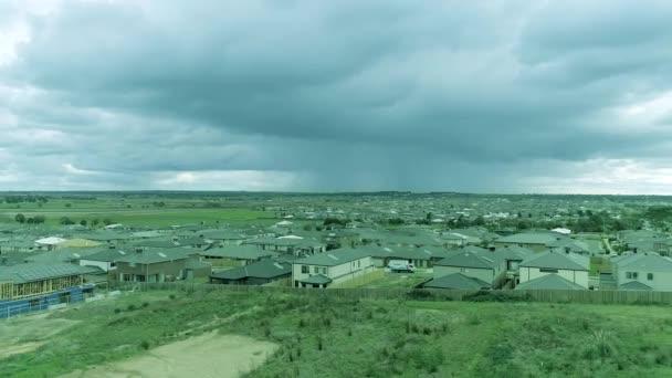 Letecký pohled na obytné domy, založení záběru.