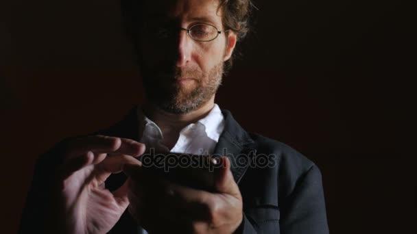 Obchodní muž pracuje, pozdní aplikaci na jeho mobil