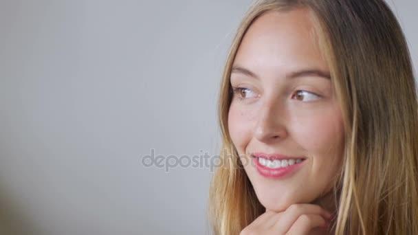 Portrét krásné mladé ženy, která vypadá na stranu - prostor pro Text