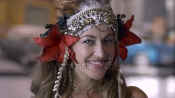 Krásný ženský tisícileté model usmívá a hraje s kamerou
