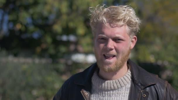 Ein Hübscher Blonden Haaren Tausendjährigen Mann Mit Einem Bart