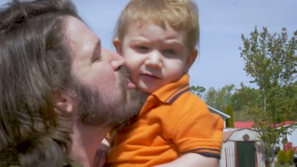 Kussen Voor Peuter : Een trotse vader zoon peuter kussen op de wang in slowmotion