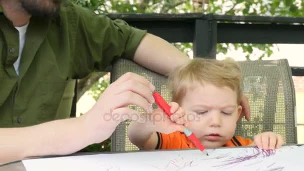 Kussen Voor Peuter : Een liefhebbende vader kussen zijn jonge peuter zoon terwijl hij