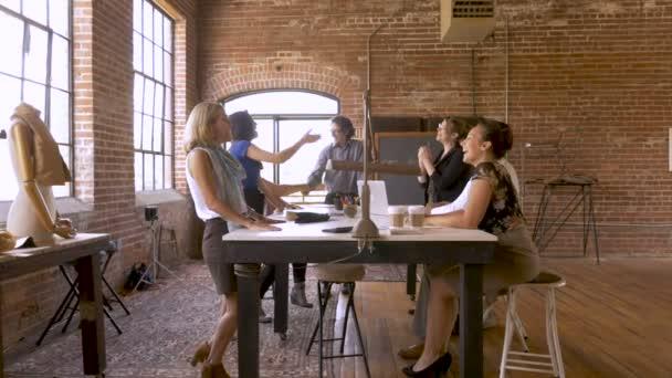 Různorodá skupina atraktivních žen a mužů potřesení rukou v kanceláři