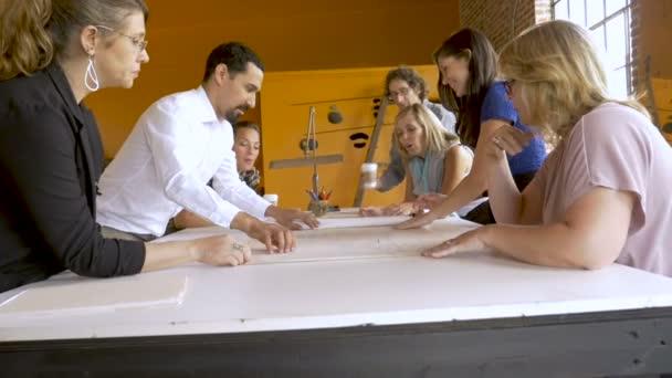 Rozmanité převážně ženské obchodní tým odhalil plány pro nové podnikání