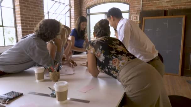 Jistý mladý atraktivní týmu vůdce probíral plán s kolegy v slowmo