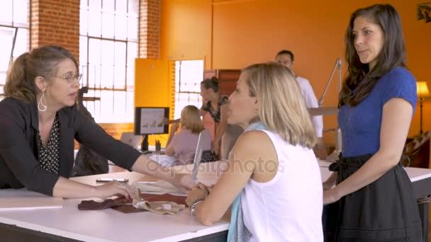 Muž přijíždějící do na všechna obchodní jednání žen, jak diskutují o nový projekt