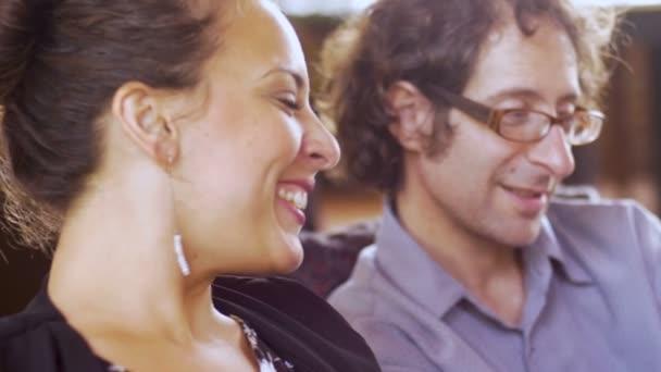 Atraktivní žena a pohledný muž s úsměvem a flirtování s sebou