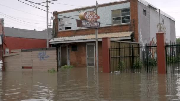 Záplavy mimo restauraci v Nola kvůli bouřce a špatným odvodnění