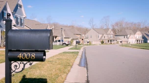Általános külvárosi környéken télen egy postaláda-nap