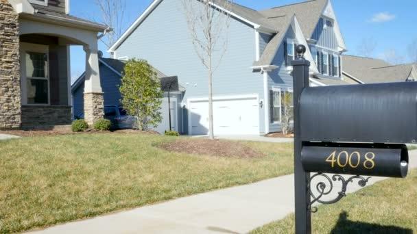 Založení pan střílel z poštovní schránky na typické střední třídy amerických domů