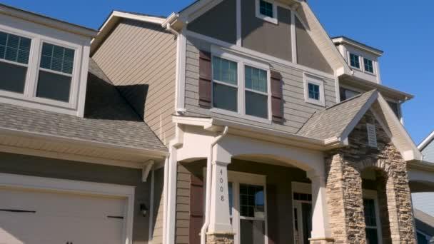 Stanovící záběr nového amerického předměstí střední třídy domu-nakloněná rovina