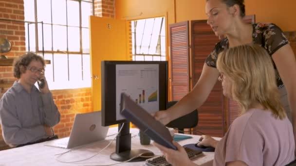 Užásné přezkoumání firemních financí zároveň namluví na telefonu v kanceláři