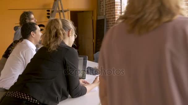 Dvě ženy prezentace jejich nápad na jejich spolupracovníci v obchodním jednání