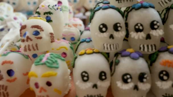 Sortiment verschiedener Zuckerschädel für den Tag der Toten -Dolly