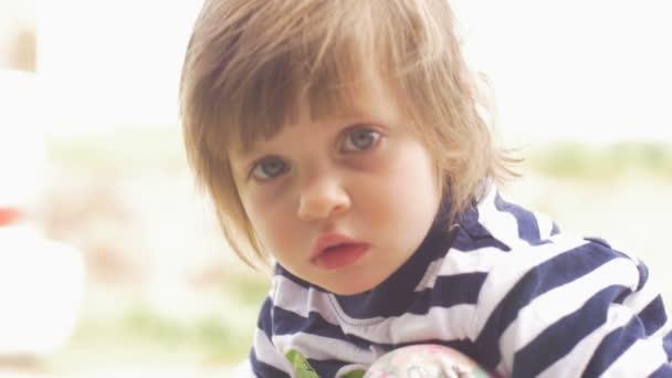 Obavy vážně rozkošný roztomilá holčička při pohledu na fotoaparát