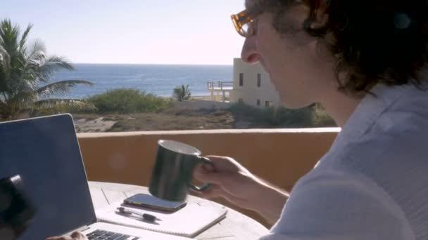 Unternehmer Mann trinken Kaffee schreiben und arbeiten am Laptop zu Hause Büro