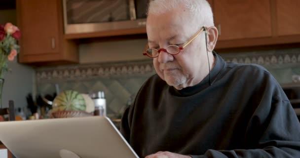 Kyberzločinci krade peníze z nic netušící starší muž v počítači