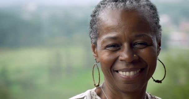 Portrét krásné afroamerické ženy v 60ti usmívá