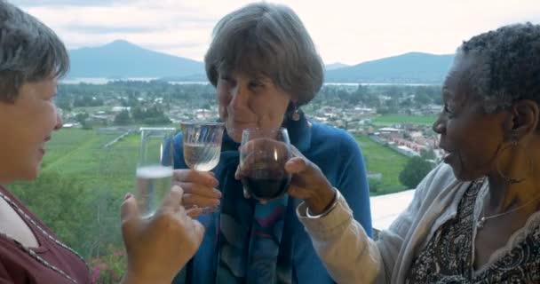 Drei Reife Frauen Freunde feiern zusammen mit Drinks und Toasten der 60er Jahre