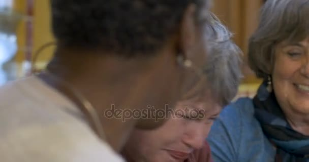 Žena otřel slzy radosti s ní další dva přátelé celého 60 smát
