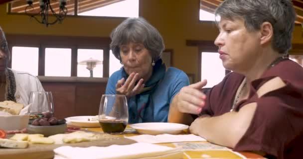 Tři šťastné ženy nad 50 jíst občerstvení a společně vyprávět příběhy