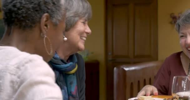 lachende Gruppe älterer Frauen scherzt und jubelt auf einer Party
