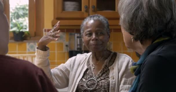 Drei Freundinnen über 50 Jahren gemeinsam feiern und Toasten mit Wein