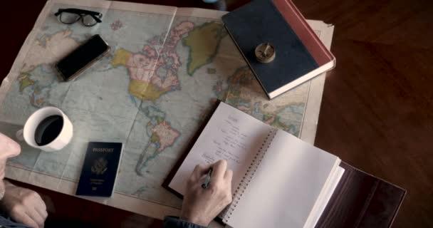 Bokovky muž hledání místa na mapě a psaní turistické destinace pro cestování
