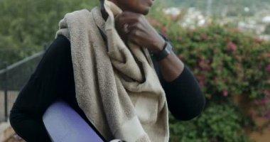 Boldog, sportos afrikai-amerikai nő törölgette izzadt arcát gyakorlása után
