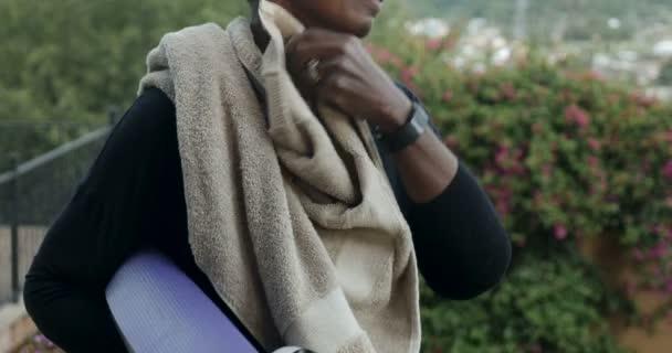Happy atletické africká americká žena, utíral si pot z obličeje po cvičení