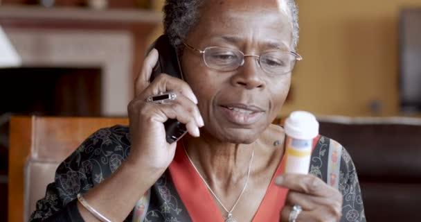 Glücklich senior Afroamerikanerfrau Berufung in ihr Rezept in Apotheke