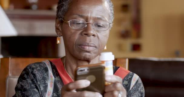 Happy černá žena doplňování její léky na předpis online pomocí chytrého telefonu