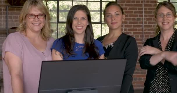 Négy magabiztos sikeres üzleti nő mosolyogva mögött a számítógép-monitor