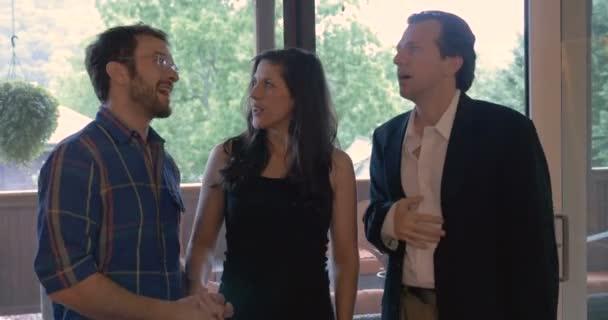 Junges Paar in Liebe sprechen und verhandeln mit ihren Immobilienmakler