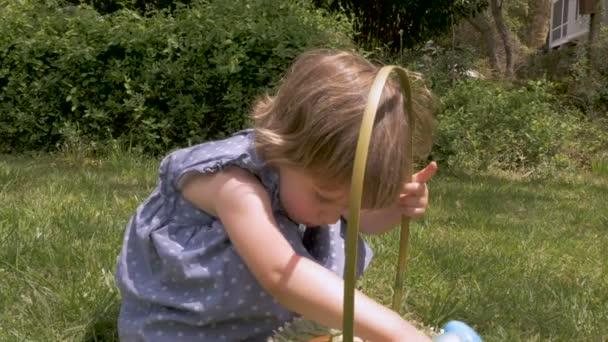 Szép ártatlan kislány nézegette a húsvéti kosár lassítva