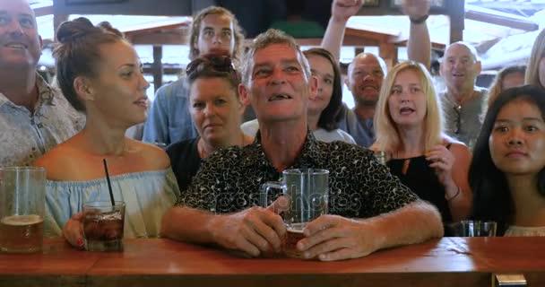 Große Gruppe von Freunden in einer Bar feiern