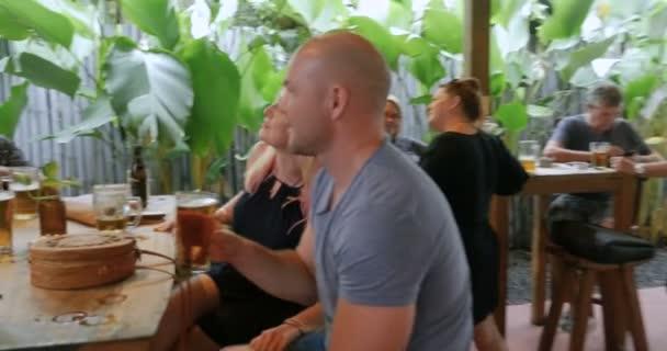Velká skupina lidí stýkat a mluvit v baru pivnice