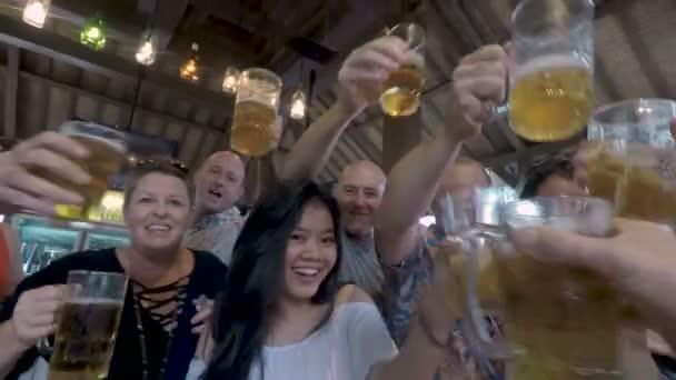 Akční skupiny šťastných lidí fandit a opékání s brýlemi piva