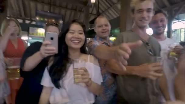 Akční skupiny lidí třást něčí rukou v baru pivnice
