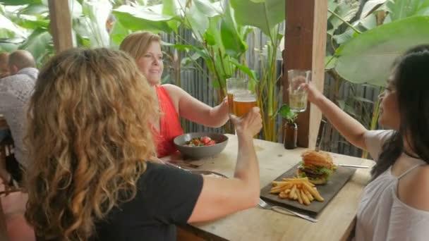 Vielfältige ethnische Gruppe von schönen Frauen lachen und feiern in einem restaurant